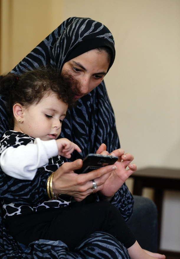 Syrian refugees Dalal Dubab and daughter Nadaia play in their apartment on October 18, 2016 in Toledo, Ohio.   / AFP / JEFF KOWALSKY        (Photo credit should read JEFF KOWALSKY/AFP/Getty Images)