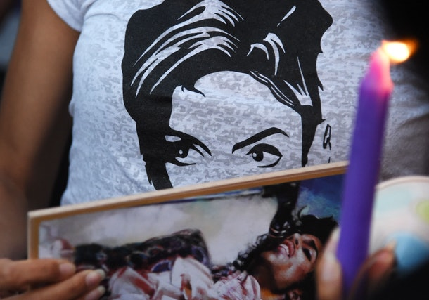 TOPSHOT - People attend a candlelight vigil for pop music icon Prince, April 21, 2016 at Leimert Park in Los Angeles, California.   Emergency personnel tried and failed to revive music legend Prince, who died April 21, 2016, at age 57, after finding him slumped unresponsive in an elevator at his Paisley Park studios in Minnesota, the local sheriff said. / AFP / ROBYN BECK        (Photo credit should read ROBYN BECK/AFP/Getty Images)