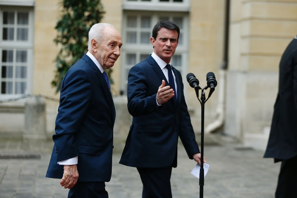Former Israeli President Shimon Peres (L) and French Prime Minister Manuel Valls speak to journalists at the Hotel Matignon in Paris on March 24, 2016.  / AFP / THOMAS SAMSON        (Photo credit should read THOMAS SAMSON/AFP/Getty Images)