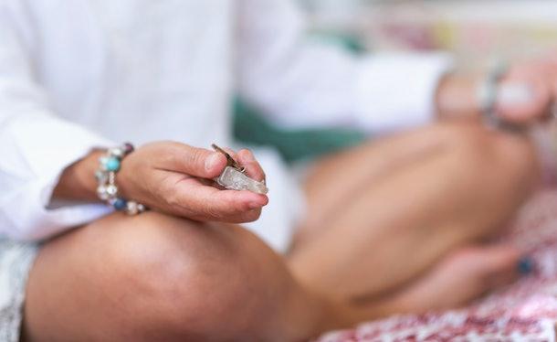 Méditer avec des cristaux pour soulager les nausées matinales peut être une approche holistique de la guérison.