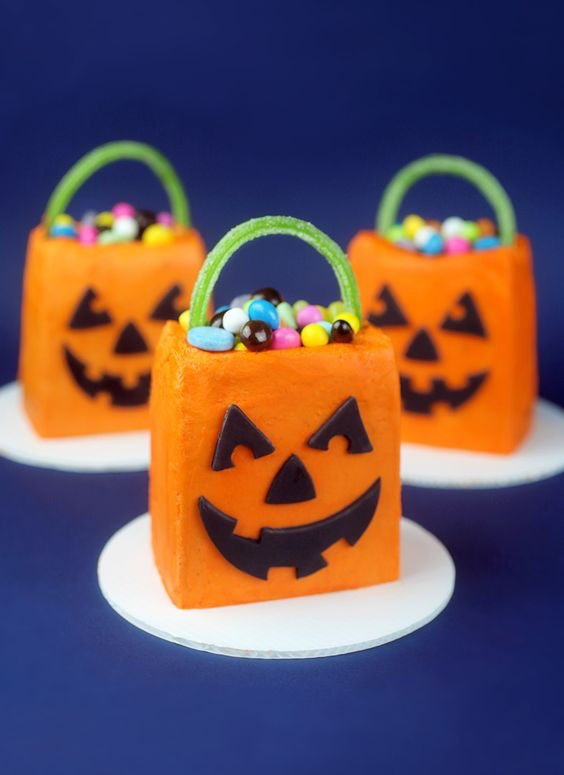 Things To Make With Leftover Halloween Candy, Trick Or Treat Mini Cakes