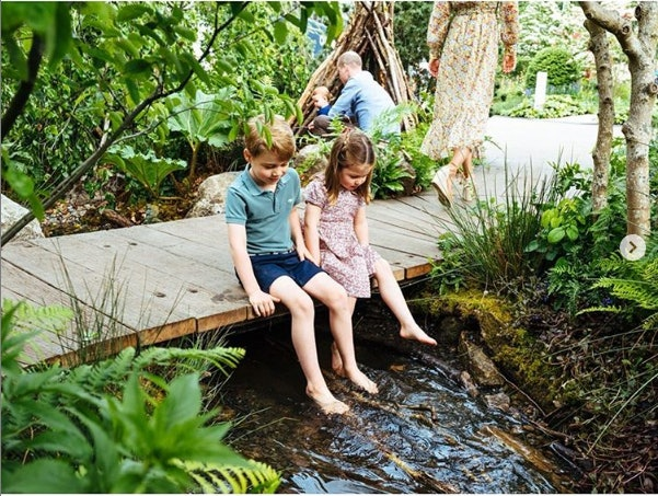 "Prince George & Princess Charlotte went barefoot in the ""Back To Nature"" garden their mom created for the Chelsea Flower Show."