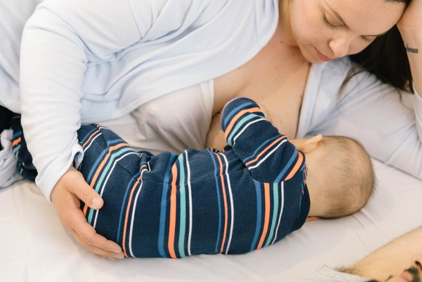 Hoq does breastfeeding affect energy levels, mom laying down nursing her child