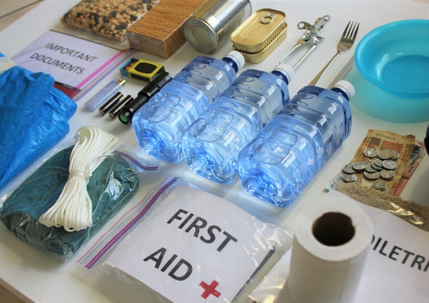 A disaster supply kit,or go bag is a collection of basic items your household may need in the event of an emergency.This survival kit includes first aid items,food,water,flashlight,and batteries.